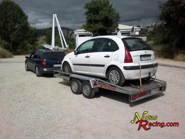 Renault Laguna 1.9 DCi con una plataforma portacoches